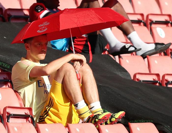 Trong khi Arsenal sa thải 55 nhân viên để tiết kiệm chi phí, Oezil ngồi chơi vẫn nhận 10,6 tỷ đồng mỗi tuần  - Ảnh 1.