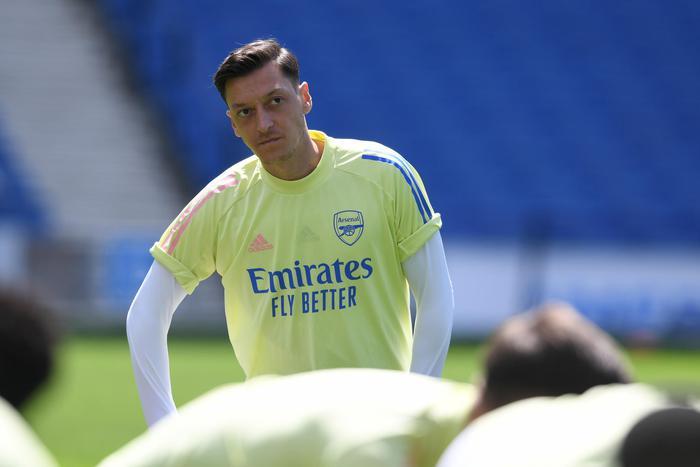 Trong khi Arsenal sa thải 55 nhân viên để tiết kiệm chi phí, Oezil ngồi chơi vẫn nhận 10,6 tỷ đồng mỗi tuần  - Ảnh 2.