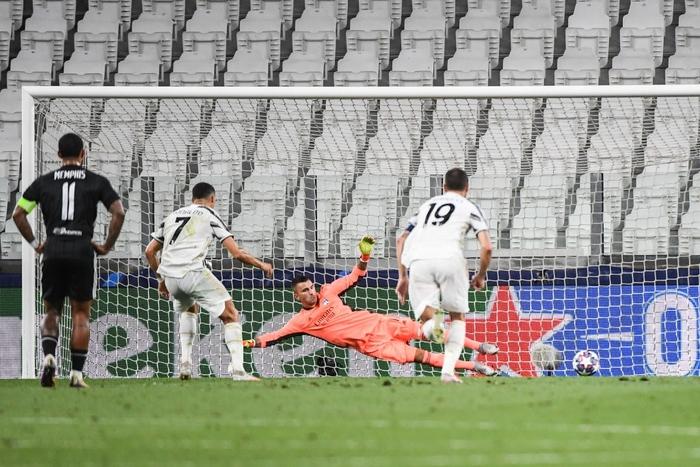 Ronaldo lập cú đúp, Juventus vẫn cay đắng bị loại khỏi Champions League - Ảnh 6.