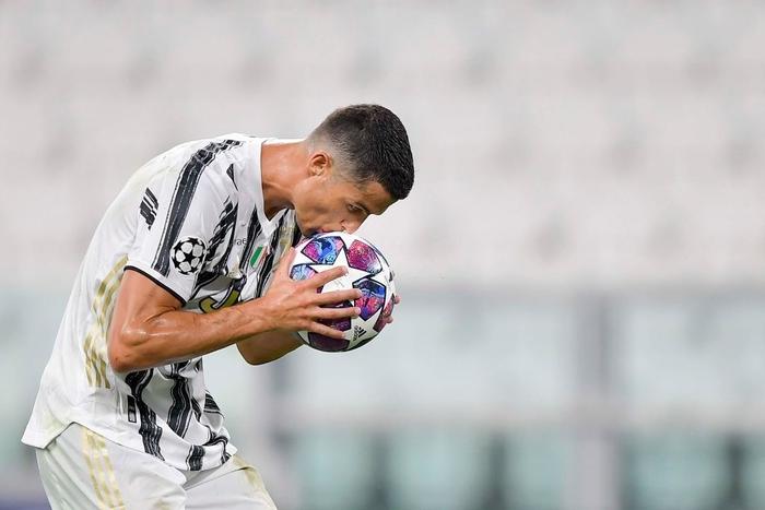 Ronaldo lập cú đúp, Juventus vẫn cay đắng bị loại khỏi Champions League - Ảnh 1.