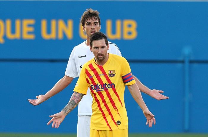 """Bị kèm cực """"gắt"""", Messi nổi cáu với cầu thủ vô danh - Ảnh 1."""
