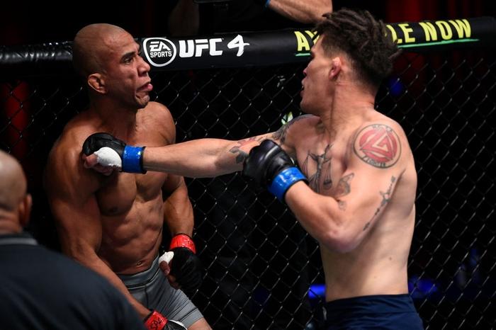 Võ sĩ được UFC ký hợp đồng sau khi hạ đối thủ bằng 16 cú đòn liên tiếp - Ảnh 2.