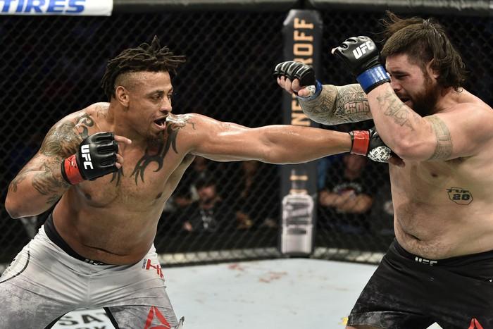 Võ sĩ UFC đối mặt với án tù sau khi đấm vỡ hàm một người đàn ông ở bên ngoài quán bar - Ảnh 2.