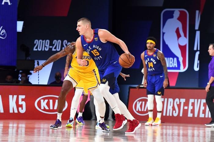 Nikola Jokic gặp rắc rối với lỗi cá nhân, Denver Nuggets sớm đầu hàng trước Los Angeles Lakers ở game 1 - Ảnh 2.