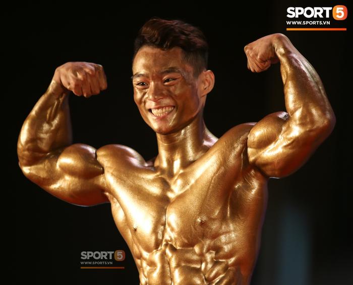 """Hot boy 2K """"mặt học sinh, thân hình chiến binh"""" Nguyễn Văn Quốc giành cả 2 HCV ở hạng 80 cân tại giải Cúp CLB thể hình toàn quốc - Ảnh 1."""