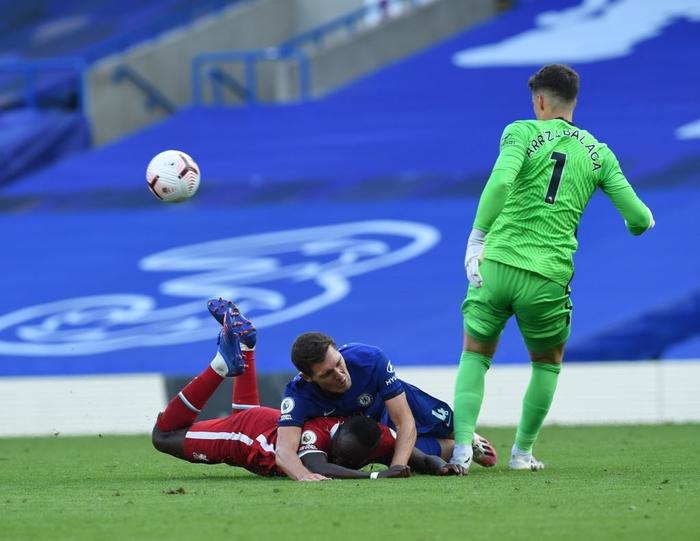 Tấm thẻ đỏ bước ngoặt, sai lầm tai hại và quả đá phạt đền chân sáo hỏng ăn khiến Chelsea gục ngã trước Liverpool - Ảnh 2.
