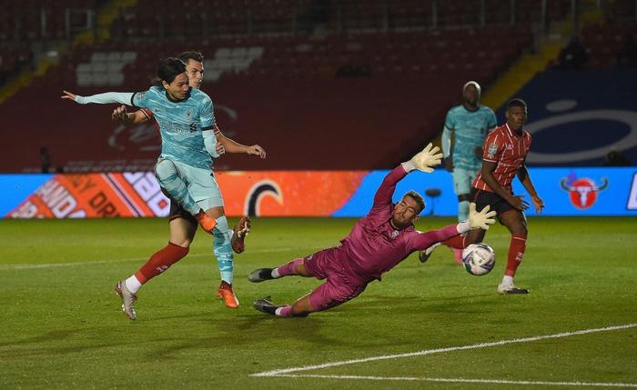 Đối thủ cũ của Công Phượng tỏa sáng với cú đúp bàn thắng giúp Liverpool đại thắng 7-2 - Ảnh 2.