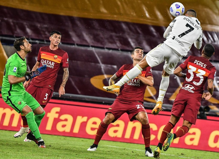 Ronaldo chói sáng với cú đúp bàn thắng cứu Juventus thoát thua ở thành Rome - ảnh 7