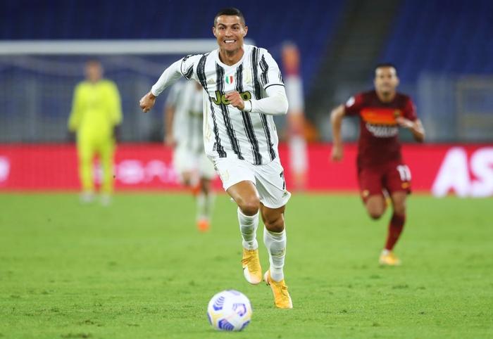 Ronaldo chói sáng với cú đúp bàn thắng cứu Juventus thoát thua ở thành Rome - Ảnh 1.
