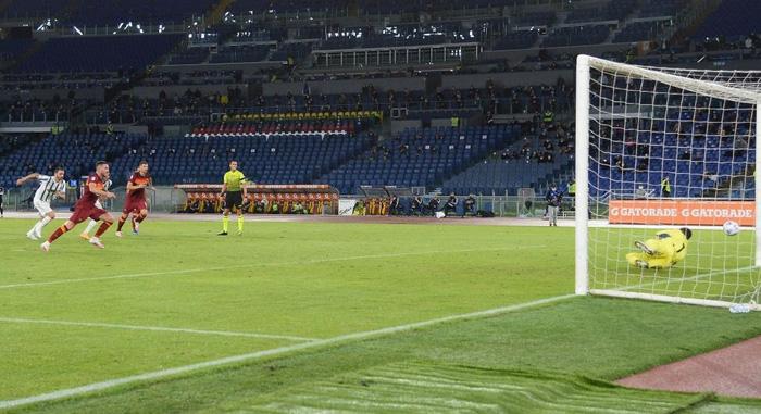 Ronaldo chói sáng với cú đúp bàn thắng cứu Juventus thoát thua ở thành Rome - Ảnh 2.