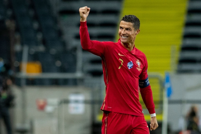 Ronaldo ghi cú đúp siêu phẩm, chính thức lập cột mốc bàn thắng vô tiền khoáng hậu - Ảnh 1.