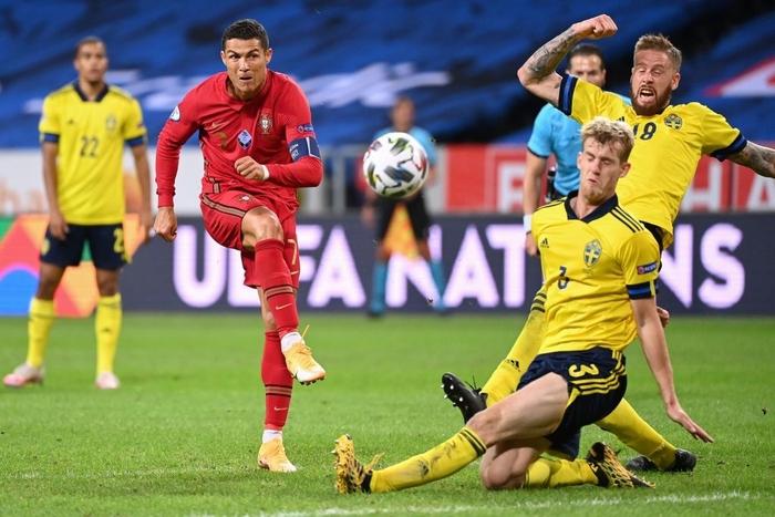 Ronaldo ghi cú đúp siêu phẩm, chính thức lập cột mốc bàn thắng vô tiền khoáng hậu - Ảnh 3.