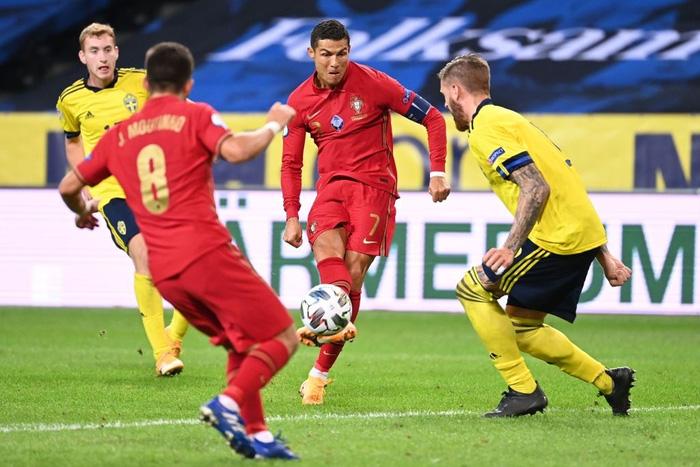 Ronaldo ghi cú đúp siêu phẩm, chính thức lập cột mốc bàn thắng vô tiền khoáng hậu - Ảnh 7.