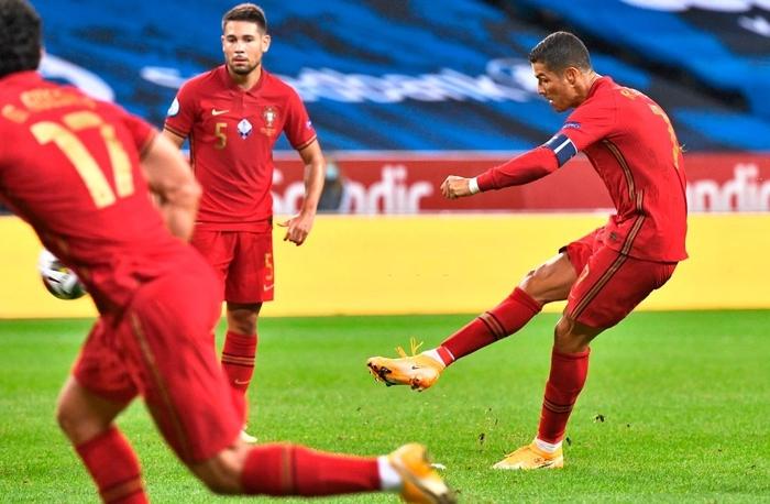 Ronaldo ghi cú đúp siêu phẩm, chính thức lập cột mốc bàn thắng vô tiền khoáng hậu - Ảnh 4.