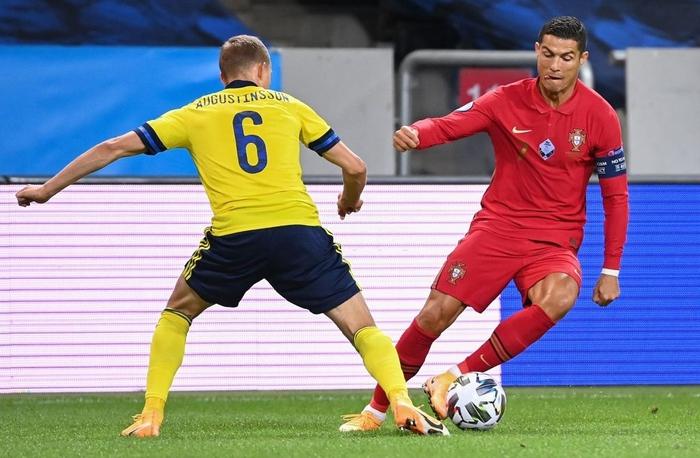 Ronaldo ghi cú đúp siêu phẩm, chính thức lập cột mốc bàn thắng vô tiền khoáng hậu - Ảnh 2.