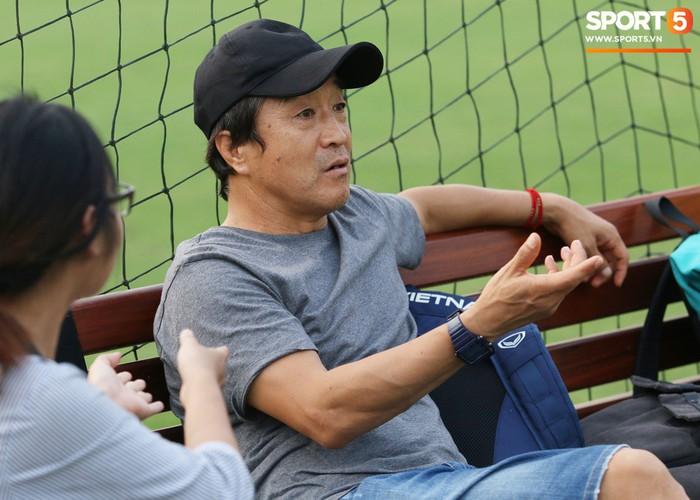 Cánh tay phải của thầy Park bất ngờ thị sát buổi tập của Hà Nội  - Ảnh 3.