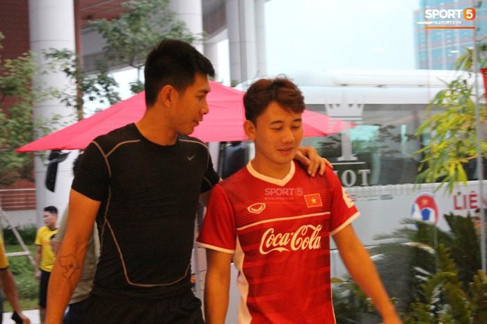 Các đồng đội vui vẻ còn Đức Chinh thì nhăn nhó vì đau bụng - Ảnh 9.