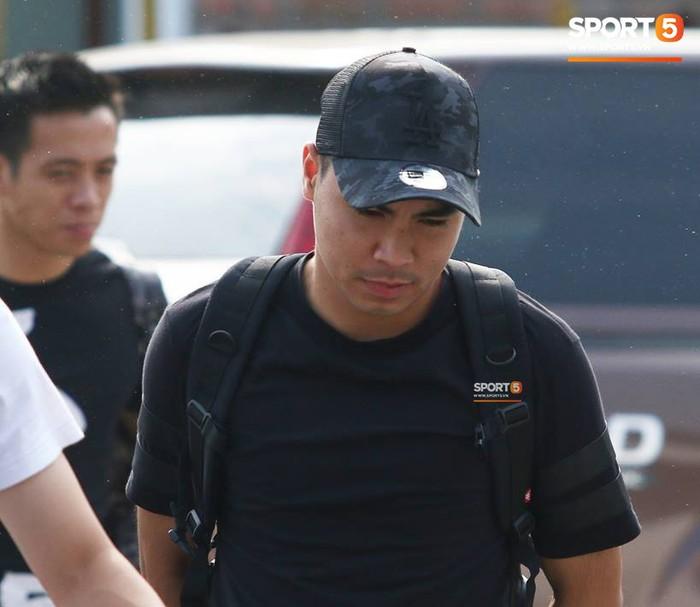 Đức Huy nhăn nhó vì đau mắt trong ngày lên tập trung đội tuyển Việt Nam - Ảnh 2.