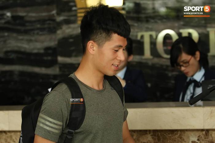 Đức Huy nhăn nhó vì đau mắt trong ngày lên tập trung đội tuyển Việt Nam - Ảnh 9.