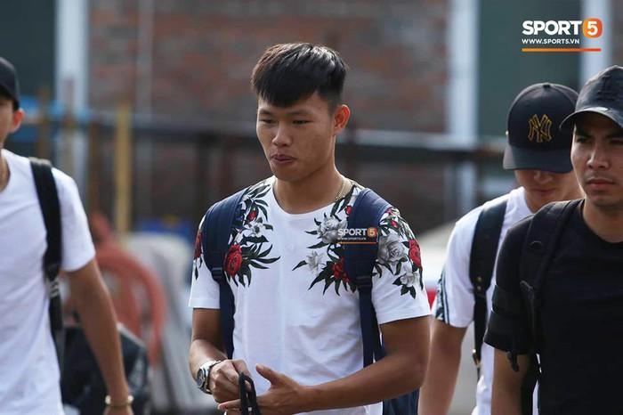 Đức Huy nhăn nhó vì đau mắt trong ngày lên tập trung đội tuyển Việt Nam - Ảnh 5.