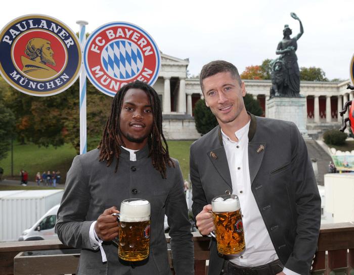 Dàn sao Bayern rủ nhau đi uống bia quên sầu tại Oktoberfest - Ảnh 8.