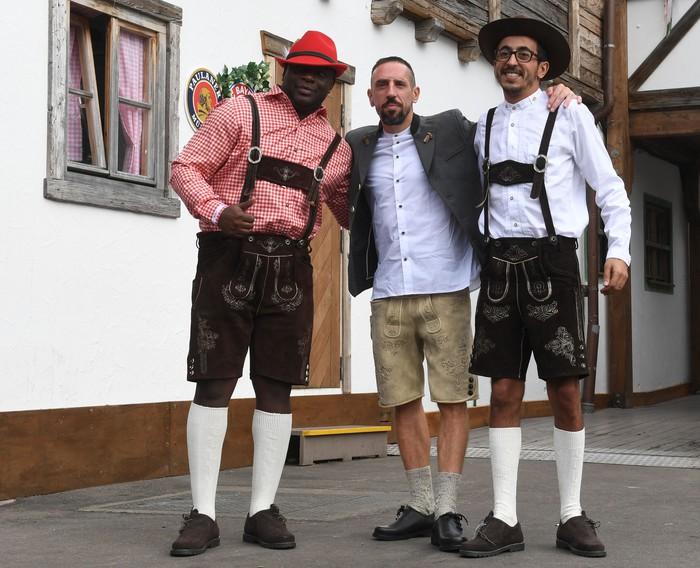Dàn sao Bayern rủ nhau đi uống bia quên sầu tại Oktoberfest - Ảnh 4.