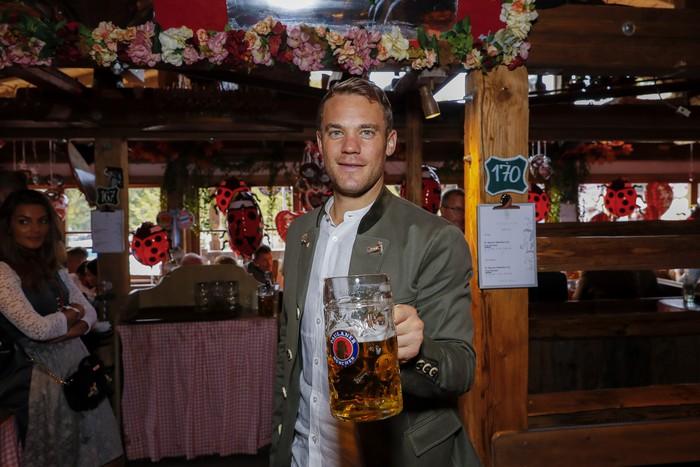 Dàn sao Bayern rủ nhau đi uống bia quên sầu tại Oktoberfest - Ảnh 1.