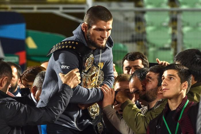 Dạy cho Gã điên McGregor một bài học nhớ đời, độc cô cầu bại Khabib được chào đón như người hùng khi về nước - Ảnh 8.