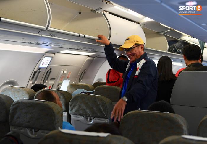 Hải quan sân bay Philippines bận đi ăn, tuyển Việt Nam ngồi chờ 3 tiếng chưa được nhập cảnh - Ảnh 2.