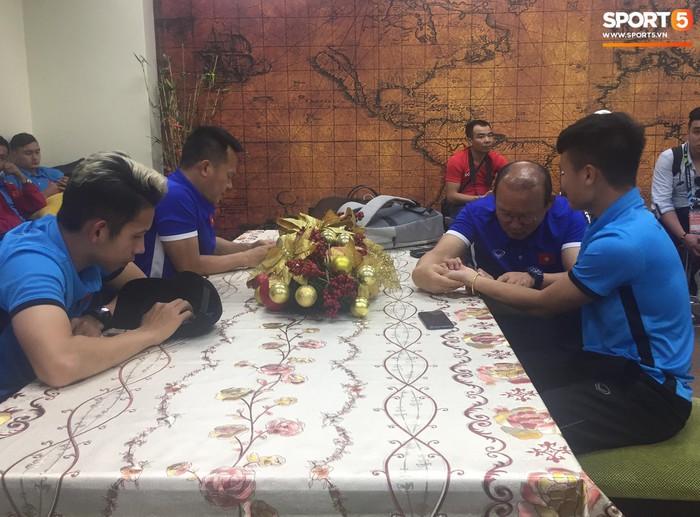 Hải quan sân bay Philippines bận đi ăn, tuyển Việt Nam ngồi chờ 3 tiếng chưa được nhập cảnh - Ảnh 5.