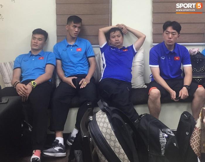 Hải quan sân bay Philippines bận đi ăn, tuyển Việt Nam ngồi chờ 3 tiếng chưa được nhập cảnh - Ảnh 6.