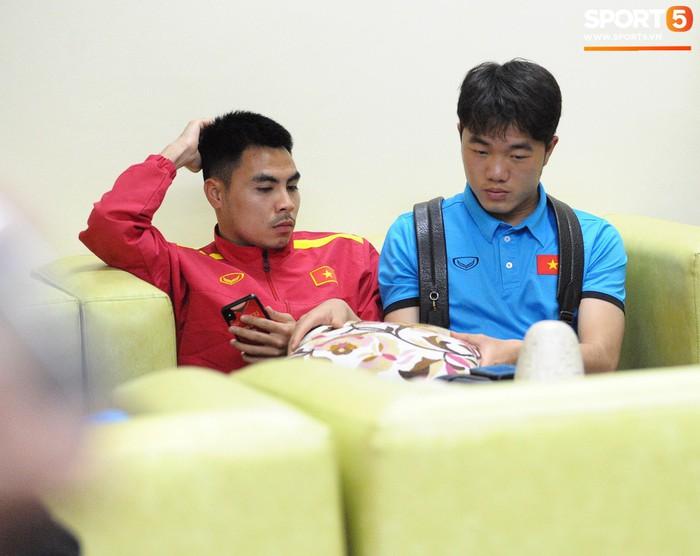 Hải quan sân bay Philippines bận đi ăn, tuyển Việt Nam ngồi chờ 3 tiếng chưa được nhập cảnh - Ảnh 7.