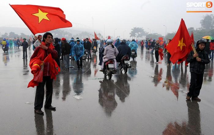 Nhìn lại những khoảnh khắc kỳ diệu trong ngày Việt Nam giành ngôi vương tại AFF Cup 2008 - Ảnh 1.