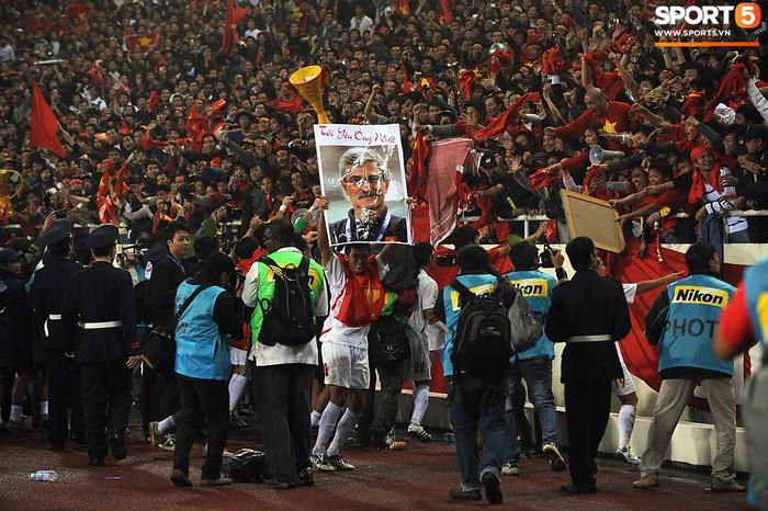 Nhìn lại những khoảnh khắc kỳ diệu trong ngày Việt Nam giành ngôi vương tại AFF Cup 2008 - Ảnh 11.