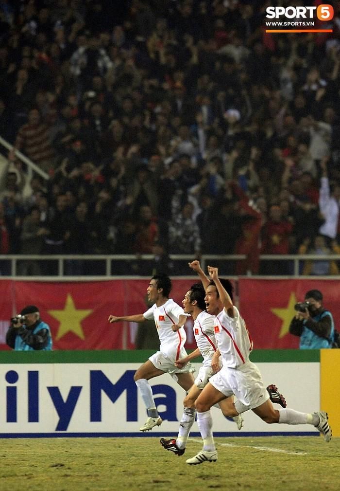 Nhìn lại những khoảnh khắc kỳ diệu trong ngày Việt Nam giành ngôi vương tại AFF Cup 2008 - Ảnh 8.
