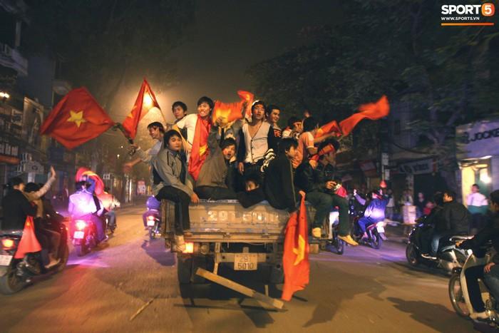 Nhìn lại những khoảnh khắc kỳ diệu trong ngày Việt Nam giành ngôi vương tại AFF Cup 2008 - Ảnh 14.