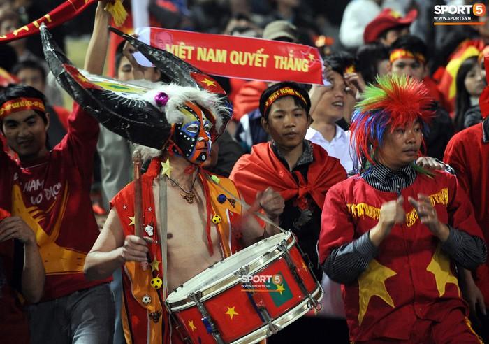 Nhìn lại những khoảnh khắc kỳ diệu trong ngày Việt Nam giành ngôi vương tại AFF Cup 2008 - Ảnh 2.