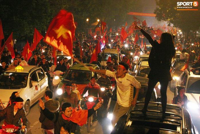 Nhìn lại những khoảnh khắc kỳ diệu trong ngày Việt Nam giành ngôi vương tại AFF Cup 2008 - Ảnh 12.