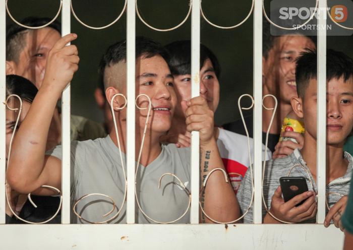 Tuyển Việt Nam tập kín, fan girl xinh đẹp tiếc nuối, bất lực vì hàng rào ngăn cách - Ảnh 3.