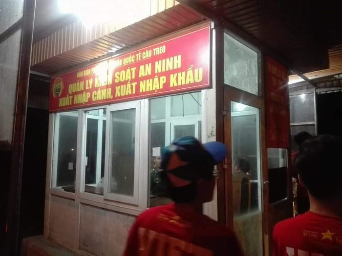 CĐV Việt Nam sang Lào cổ vũ bằng đường bộ: Cả thôn lên đường, hỏng xe và những bếp ăn dã chiến - Ảnh 1.