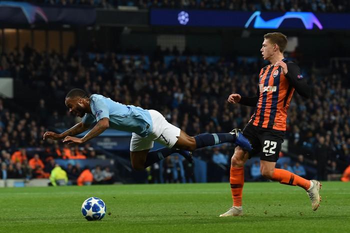Man City 6-0 Shakhtar Donetsk: Tự vấp cỏ ngã kiếm 11 m, Sterling khiến thầy Guardiola nổi giận - Ảnh 2.