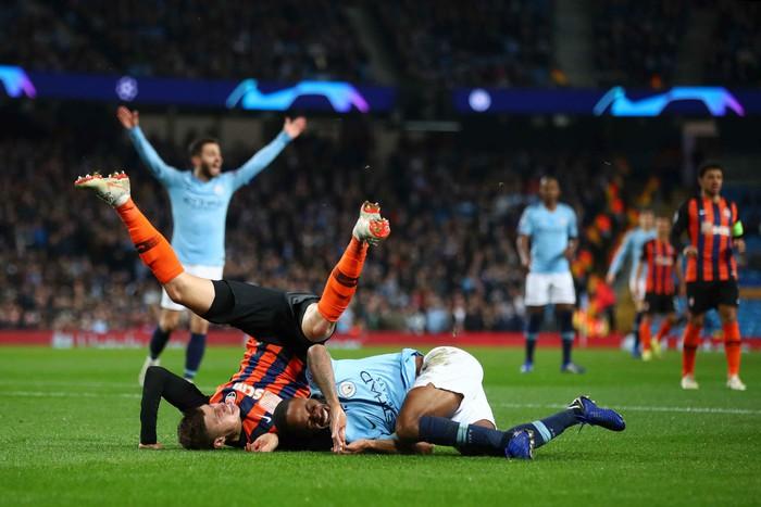 Man City 6-0 Shakhtar Donetsk: Tự vấp cỏ ngã kiếm 11 m, Sterling khiến thầy Guardiola nổi giận - Ảnh 3.