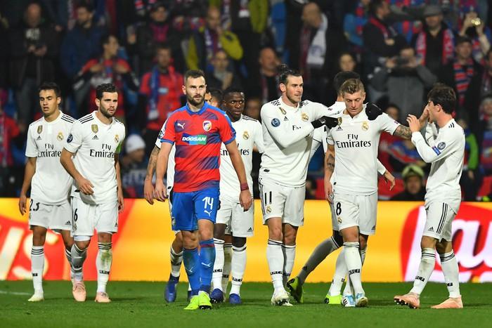 Man City 6-0 Shakhtar Donetsk: Tự vấp cỏ ngã kiếm 11 m, Sterling khiến thầy Guardiola nổi giận - Ảnh 9.