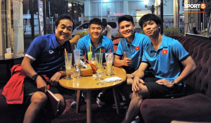 Trước trận ra quân AFF Cup 2018: Tuyển Việt Nam học thêm đến tối muộn ở quán cà phê tại Lào - Ảnh 1.