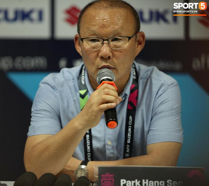HLV Park Hang-seo bực tức với học trò dù Việt Nam thắng đậm trong trận ra quân tại AFF Cup 2018 - Ảnh 1.