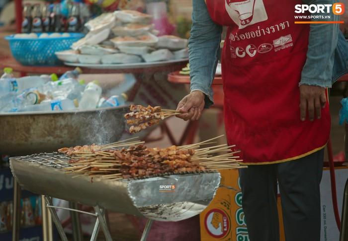 CĐV Việt Nam được chiêu đãi thịt xiên nướng, miến trộn trước thềm AFF Cup 2018 - Ảnh 1.
