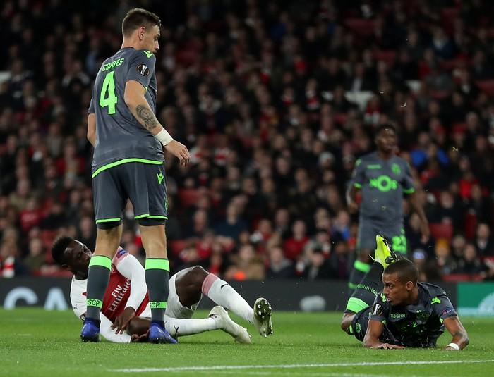 Thánh lốp bóng Welbeck gãy chân vì quá nỗ lực ghi bàn cho Arsenal - Ảnh 1.