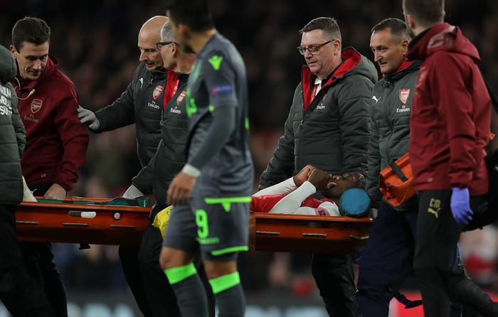 Thánh lốp bóng Welbeck gãy chân vì quá nỗ lực ghi bàn cho Arsenal - Ảnh 2.