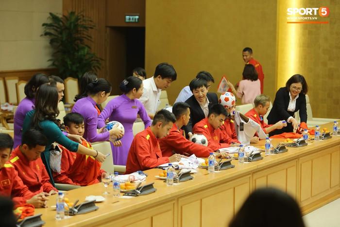 Thủ tướng Chính phủ gặp mặt, khen thưởng Đội tuyển Việt Nam - Ảnh 4.