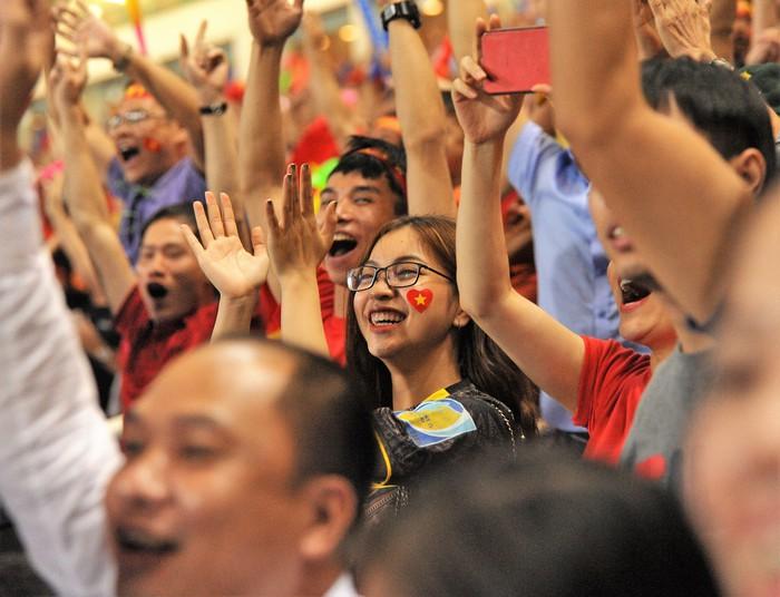 Bạn gái Quang Hải hò reo khi người yêu ghi bàn mở tỷ số giúp tuyển Việt Nam hạ gục Philippines - Ảnh 4.